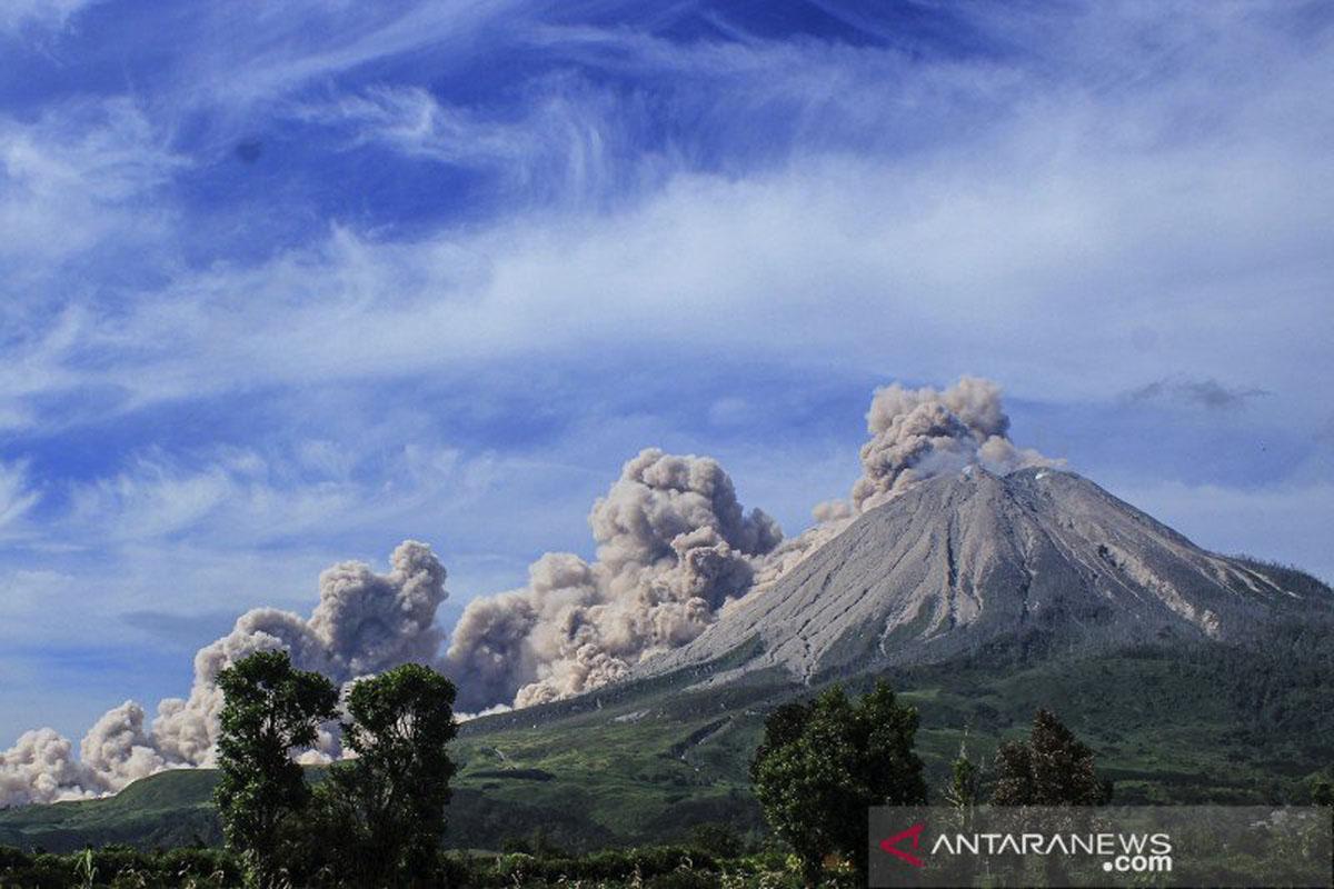Gunung Sinabung Erupsi Luncurkan Abu Vulkanik Setinggi 4.500 M