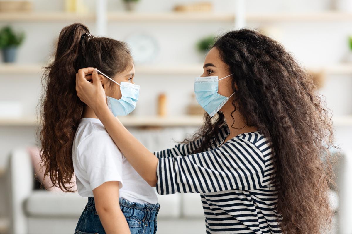Ilustrasi ibu dan anak memakai masker untuk mencegah virus corona (covid-19) varian delta. Foto: Prostock-Studio/Elementsenvato