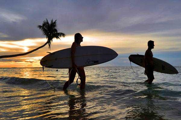 Ilustrasi surfing. Foto: Antara/Iggoy el Fitra