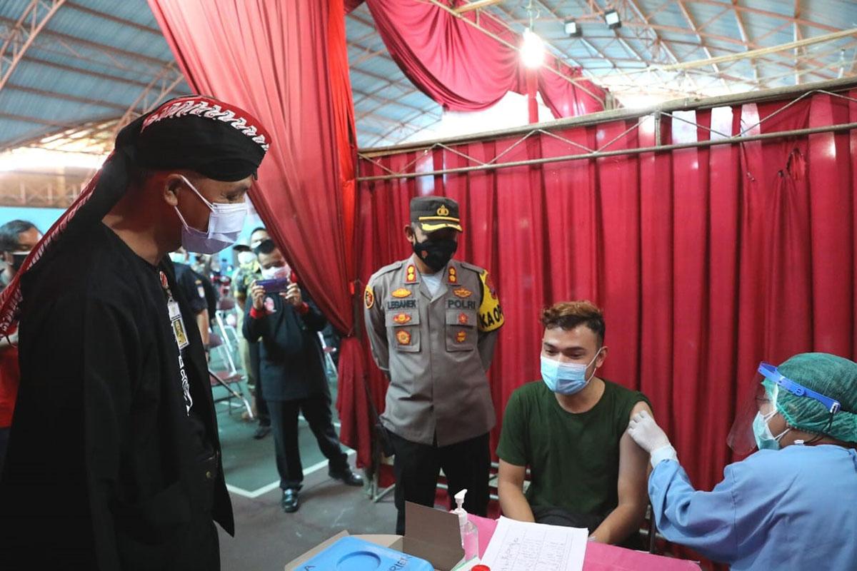 Gubernur Jawa Tengah Ganjar Pranowo mengunjungi tempat vaksinasi massal di GOR Tenis Indoor dr. Soetomo dan RSUD Cilacap, Kamis (22/7/2021). (FOTO: ANTARA/HO-Humas Pemprov Jateng)