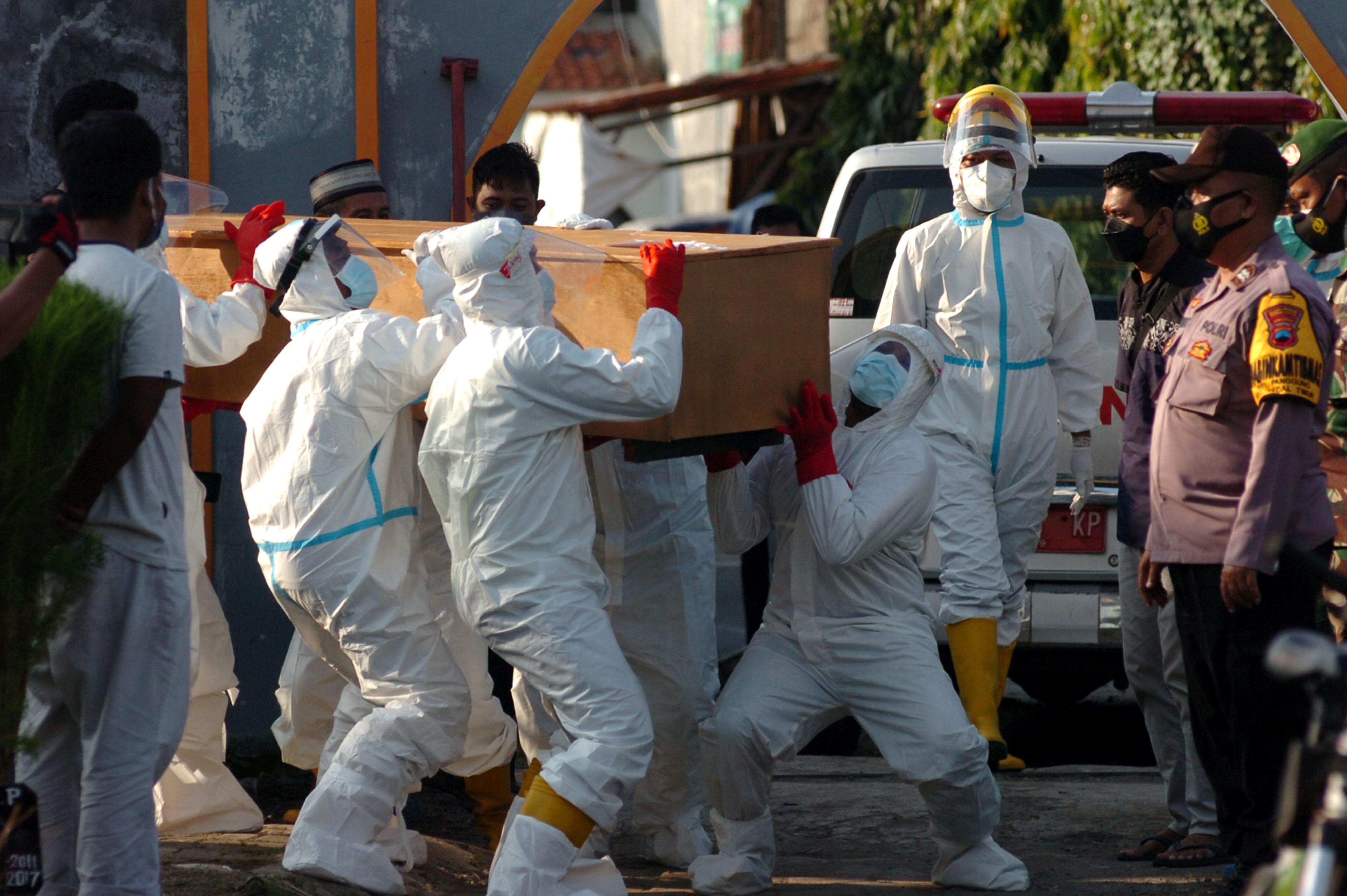 Ilustrasi tim pemulasaraan jenazah Covid-19 (foto: Antara Foto/Oky Lukmansyah via Reuters)