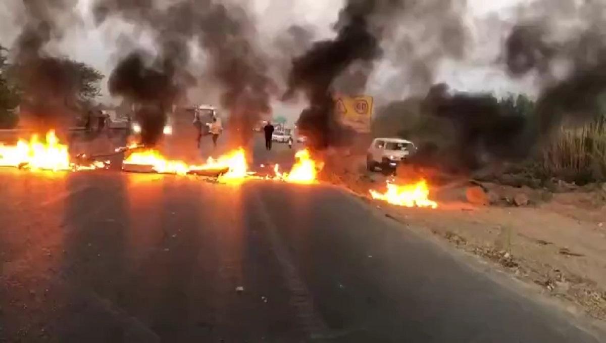 Para pedemo memblokir jalanan di provinsi Khuzestan akibat kriis air pada 17 Juli 2021. (Foto: Tangkapan Layar/ TImes of Israel)