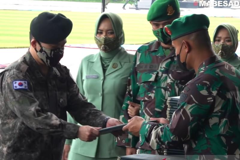 Tentara Nasional Indonesia (TNI) Angkatan Darat membuat seorang Mayor dari Korea Selatan terlena dibuatnya. (foto: Antara)
