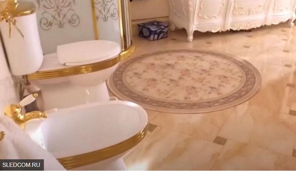 ToiletOknum Polisi Rusia dari Emas,Korupsinya Kebangetan