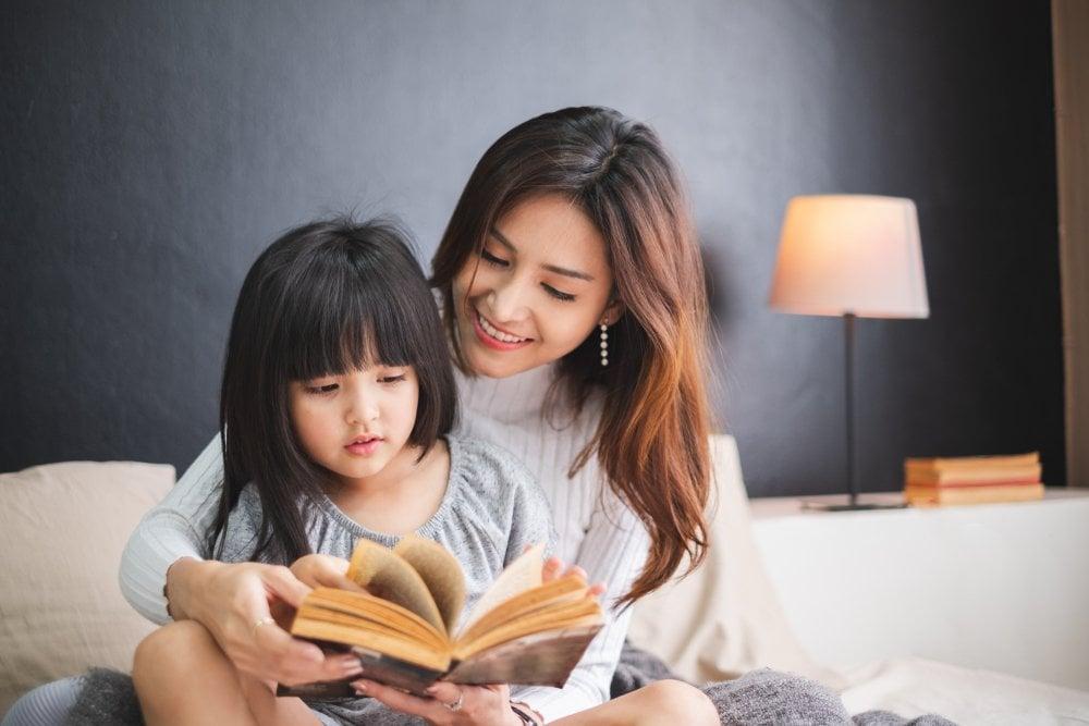 4 Alasan Orang Tua Perlu Membacakan Dongeng kepada Anak