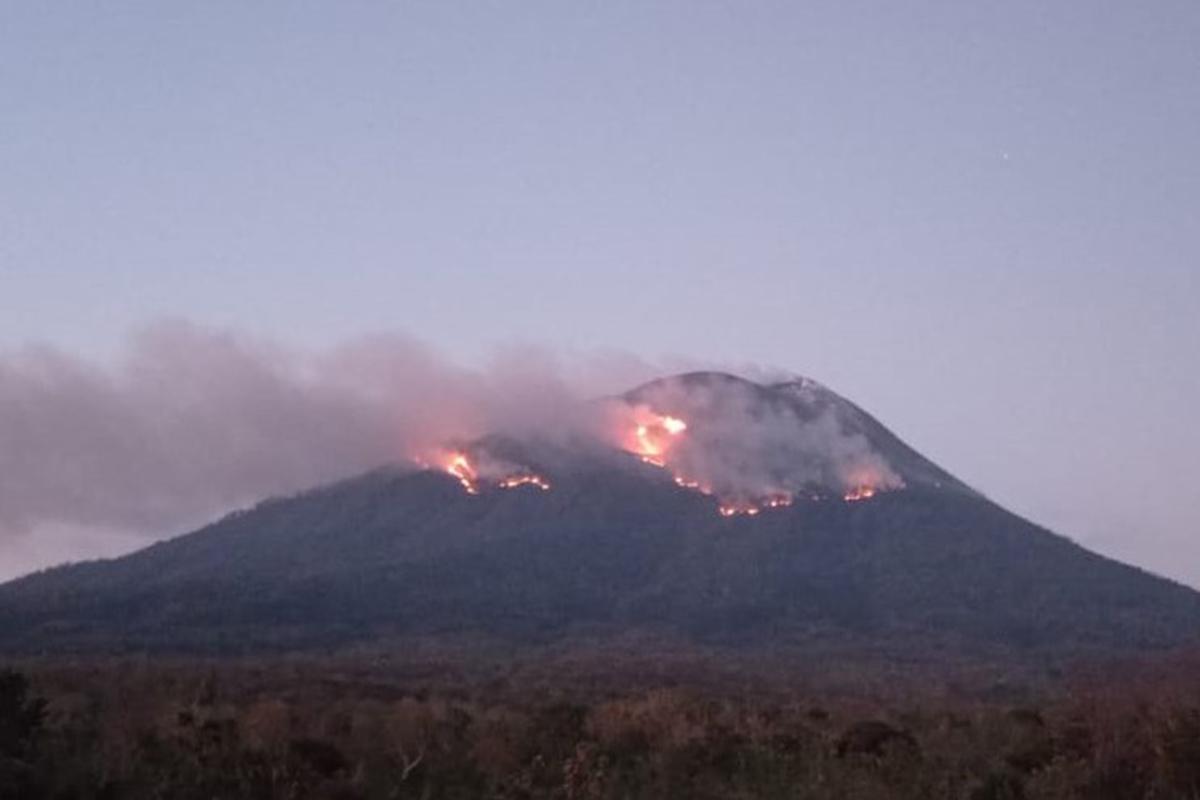 Terus Erupsi, Helikopter Dikerahkan Padamkan Kebakaran Vegetasi