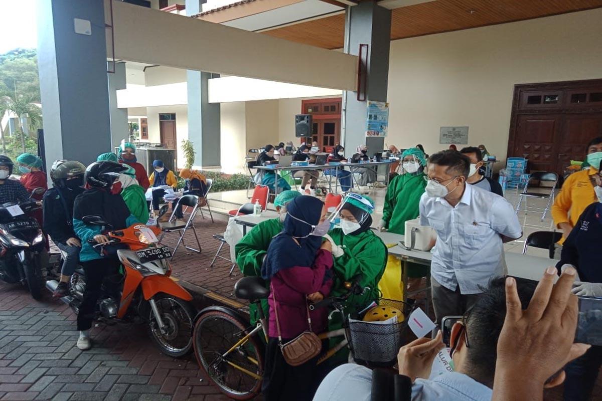 Menkes Tinjau Vaksinasi Drive Thru di Yogyakarta, Sebut Begini