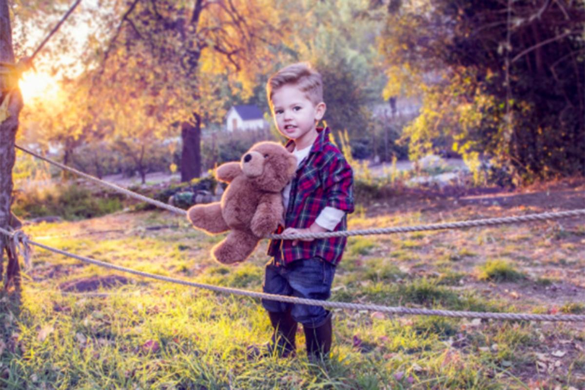 Anak Laki-laki Juga Perlu Main dengan Boneka, Ini 4 Alasannya!