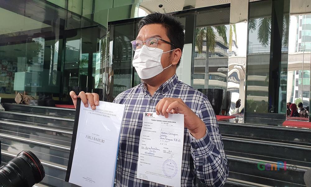 Peneliti ICW Kurnia Ramadana melaporkan Ketua KPK Firli Bahuri. FOTO: Panji