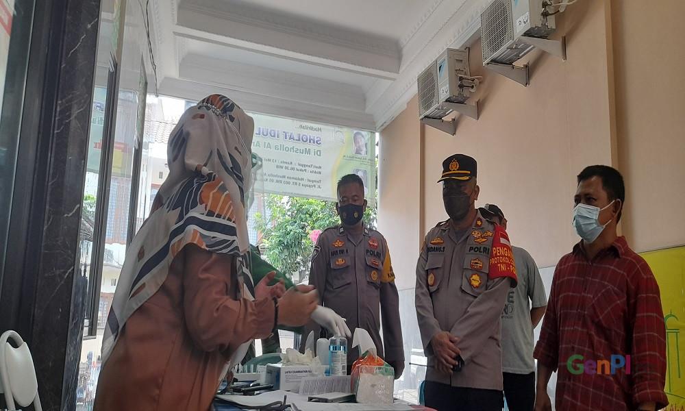 Kapolsek Jagakarsa Kompol Endang Sukmawijaya meninjau pelayanan swab antigen di lingkungan warga. FOTO: Andri