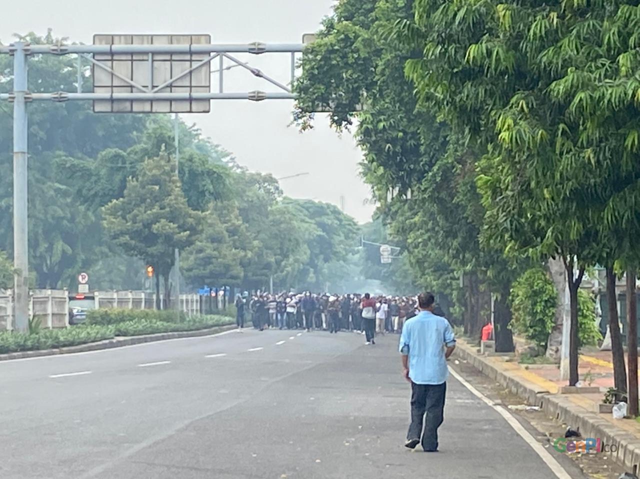 Massa yang yang diduga pendukung Rizieq bergerak di jalan I Gusti Ngurah Rai, Jakarta Timur. (Foto: Nje/GenPI.co)