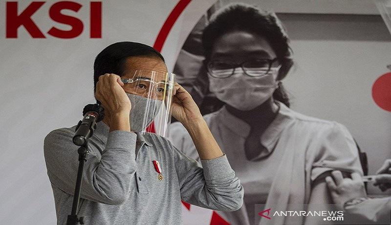 Presiden Jokowi saat meninjau produksi dan uji klinis tahap III vaksin COVID-19 di Fakultas Kedokteran Universitas Padjadjaran. Foto: Antara
