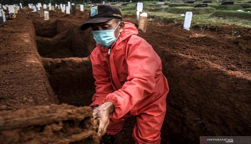 Penggali kubur di TPU Pondok Rangon, Jakarta Timur. Foto: Antara