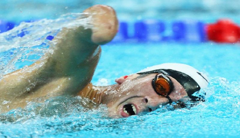 Ilsutrasi berenang bantu penyandang disabilitas. (healthy guide)