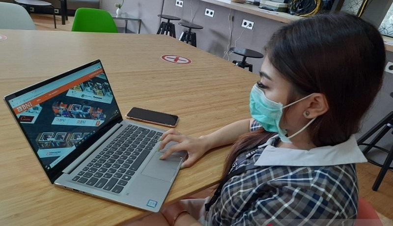 """Nasabah BNI mengakses pameran perumahan daring """"BNI Griya Expo Online 2020"""" melalui layar laptop. Foto: Antara"""