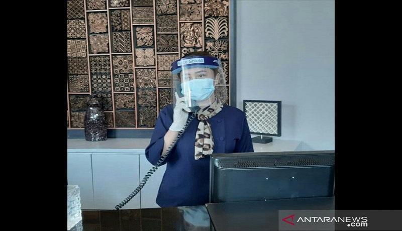 Petugas Hotel Aston Bellevue memberikan pelayanan dengan menerapkan protokol kesehatan yang ketat. Foto: Antara