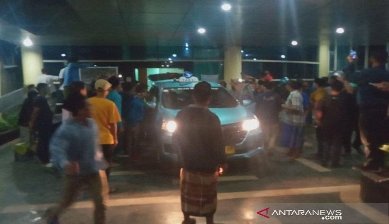 Ratusan warga mendatangi RSUD Kota Mataram membawa paksa jenazah covid-19. Foto: Antara