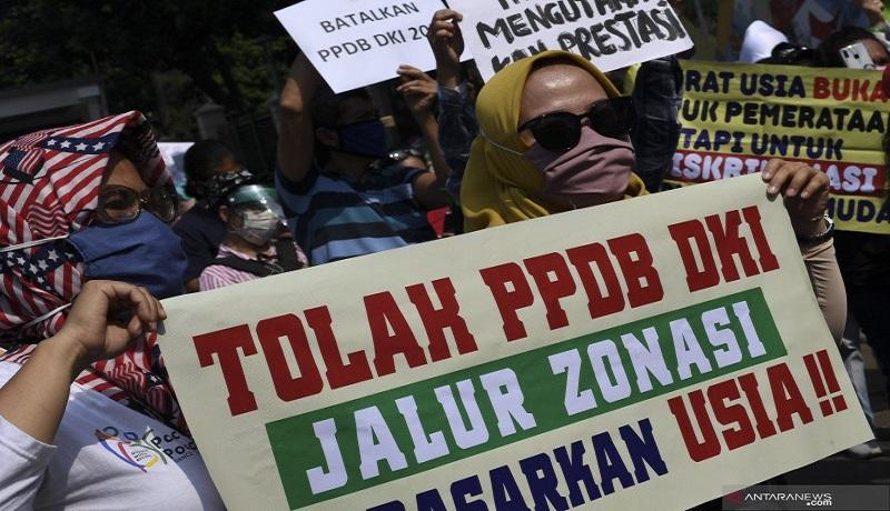 Sejumlah orang tua murid berunjuk rasa di depan kantor Kemendikbud, Jakarta. Foto: Antara