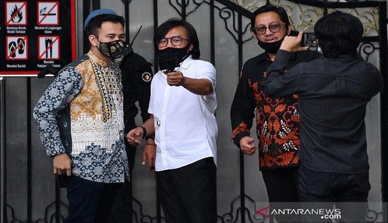 Raffi Ahmad, Andre Taulany, dan penyanyi Ari Lasso berbincang seusai bertemu dengan Presiden Joko Widodo di Istana Kepresidenan. Foto: Antara
