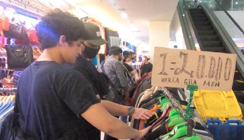 Tren Berburu Baju Bekas di Pasar Senen