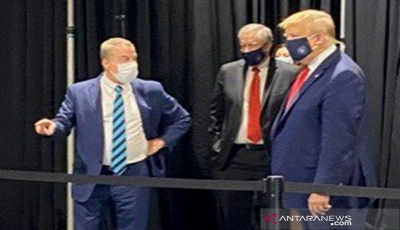 Donald Trump Pakai Masker, Takut Kena Virus Corona