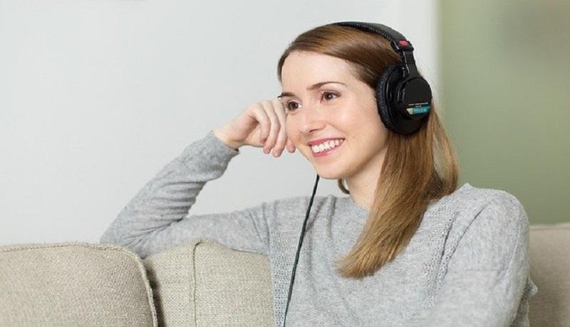 Ilustrasi mendengarkan musik (Foto: Pixabay)