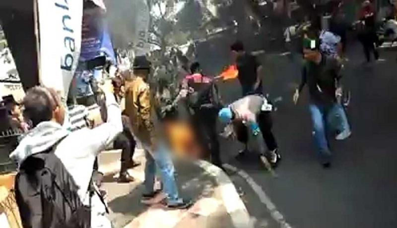 Demo mahasiswa di Cianjur berakhir ricuh. Akibatnya empat polisi terbakar. (ist)