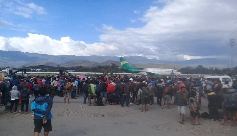 Warga menunggu pesawat Hercules di Bandara Wamena, Kabupaten Jayawijaya, Papua. Foto: Antara