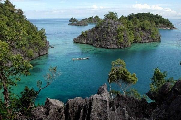Pulau Labengki, Raja Ampatnya Sulawesi, makin tersohor dengan destinasi Teluk Cinta. Kayak apa, ya? (Foto : Top Lintas)