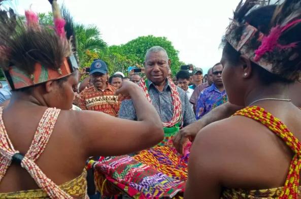 Kepala Suku Besar Arfak Dominggus Mandacan disambut dengan prosesi adat saat hendak memimpin pertemuan dengan masyarakat adat suku tersebut di Manokwari, Minggu (1/9/2019). (Sumber foto: Antara/Toyiban)