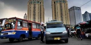 Dishub Jakarta miris lihat Ibu Kota berpolusi. Demi mengatasinya, seluruh pegawai Dishub wajib naik angkot! Mantul banget! (Foto : Pena Merdeka)