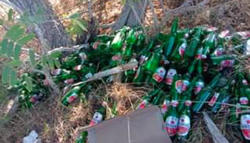 tumpukan sampah botol bir di Pantai Pink Komodo (foto: @evanstevano/ facebook Kantor Balai Taman Nasional Komodo)