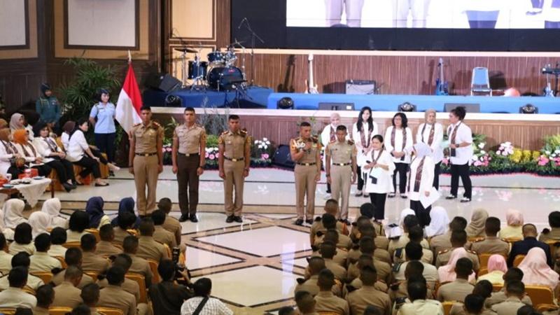 Bu Iriana Jokowi memberikan kuis berhadiah kepada Taruna AAU saat melakukan sosialisasi bahaya narkoba (foto: Setpres)