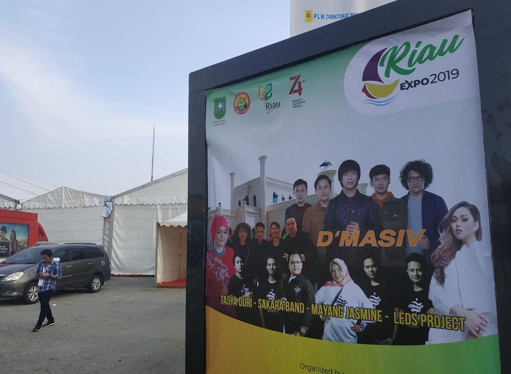 band D'Massive tampak bersama pengisi acara lainnya di gelaran Riau Expo 2019. (Foto: Heru/GenPI.co)