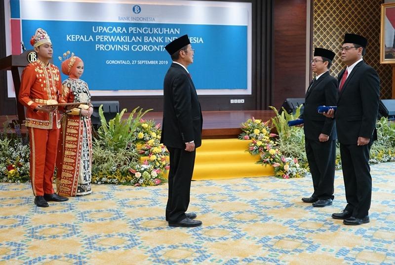 Deputi Gubernur BI Erwin Rijanto (tengah), memimpin upacara pengukuhan Kepala Perwakilan BI Gorontalo di Kantor Perwakilan BI Gorontalo, Jumat (27/9/2019) (Foto : Haris/GenPI.co)