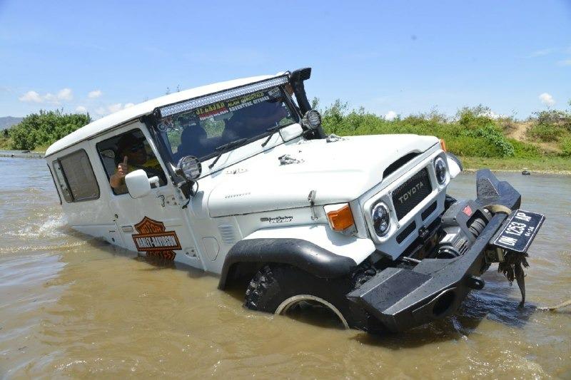 Gubernur Gorontalo Rusli Habibie saat mencoba menaklukkan sungai Bone di Kecamatan Tapa, Kabupaten Bone Bolango (Foto : Salman/GenPI.co)