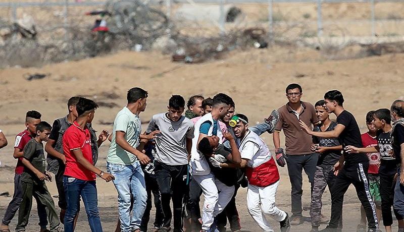 Seorang warga Palestina yang terluka dievakuasi saat melakukan unjuk rasa anti-Israel, di pagar perbatasan Israel-Gaza di Jalur Gaza selatan.(ANTARA/REUTERS)