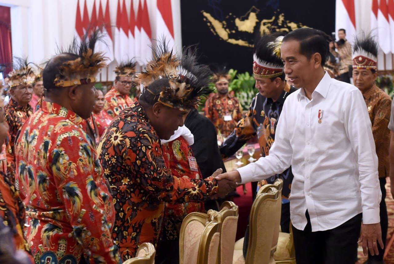 Presiden Jokowi bertemu dengan Tokoh Adat Papua dan menyetujui usulan pemekaran Papua dan Papua Barat (Foto : Setpres)