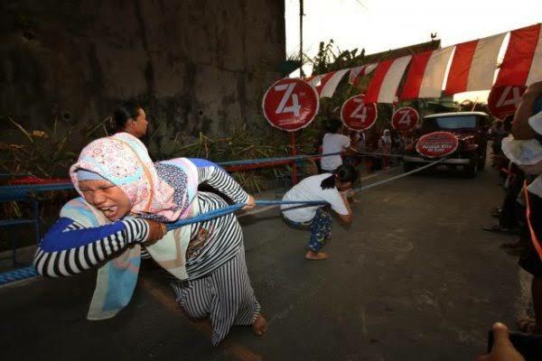 Greget, ketika ras terkuat di bumi ikut lomba tarik mobil di tanjakan! Emak-emak memang mantap! (Foto : Solo Pos)