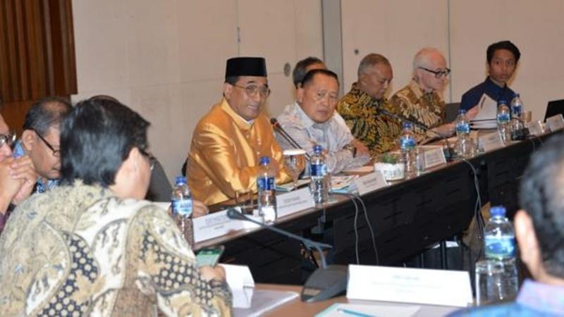 Menhub gunakan pakaian adat Riau saat rapat dengan DPR-RI, Selasa, 3 September 2019 (foto: Kemenhub)