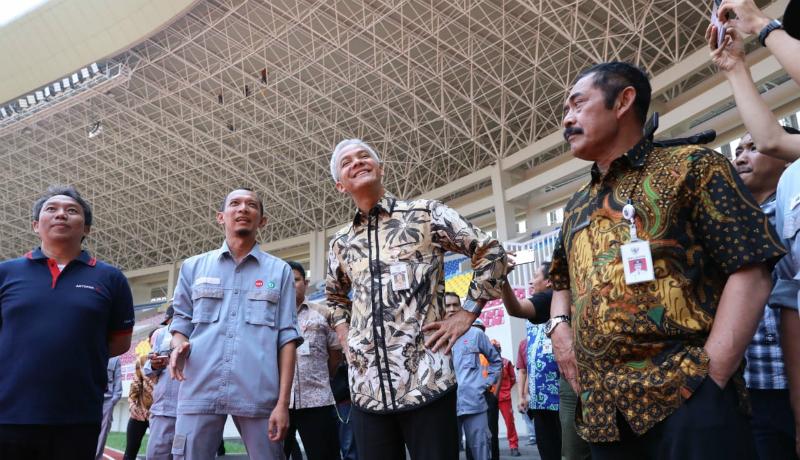 Ganjar Pranowo menengok Stadion Manahan yang bersalin rupa. Markas Persis Solo ini jadi keren banget, bagai mini GBK (Foto : Bayu/GenPI.co)