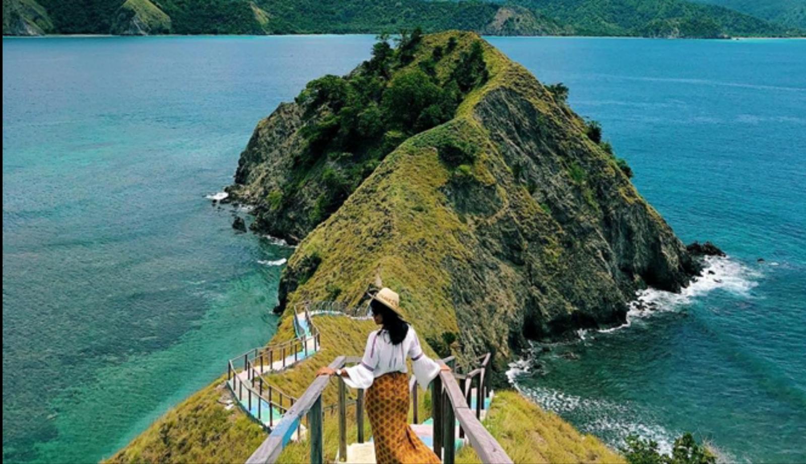 Pulau Dua, menyuguhkan keindahan yang tak kalah indah dibandingkan Pulau Padar di NTT. (Foto: TravelingYuk)
