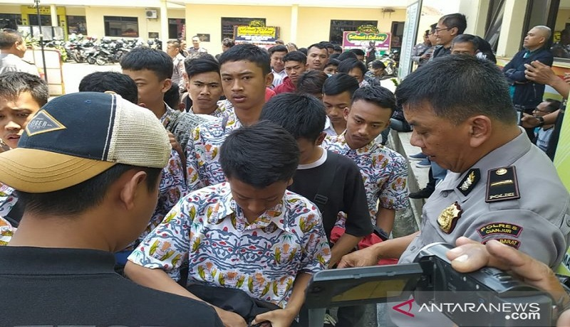 Ratusan siswa dari sejumlah SMK di Cianjur, Jawa Barat, diamankan di Mapolres Cianjur, karena akan berangkat ke Jakarta untuk berdemo. Foto: Ahmad Fikri/Antara