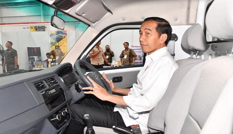 Presiden Joko Widodo menjajal mobil Esemka di Boyolali, Jawa Tengah, Jumat (6/9/2019) Foto: Agus Suparto/Antara