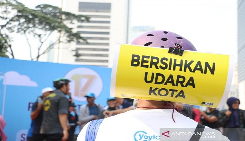 Salah satu pengunjung gunakan himbauan CFD perbaiki kualitas udara Jakarta. Foto: Antara