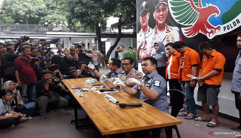 Sutradara Amir Mirza Gumay (baju oranye kiri) dihadirkan dalam gelar perkara penyalaahgunaan narkoba di Polda Metro Jaya, Kamis. (17/10). Foto: Antara