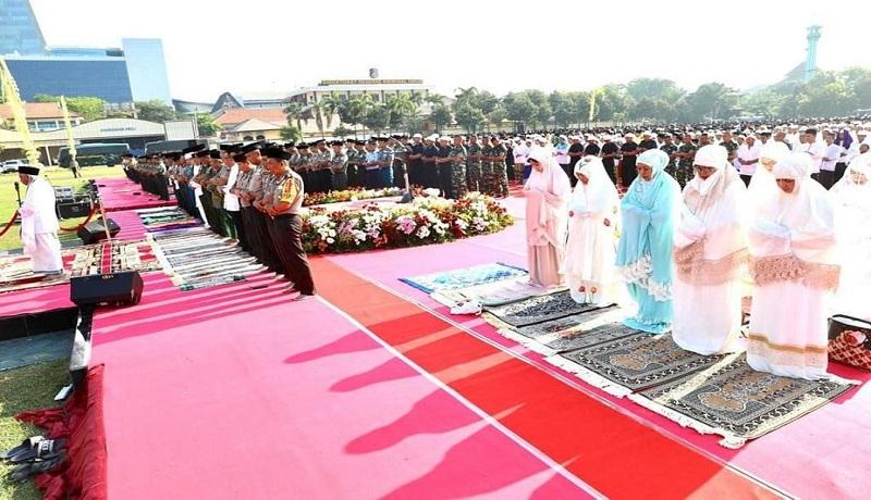 Ribuah masyarakat Jawa Timur Salat minta hujan di Lapangan Polda Jatim. (dok humas)