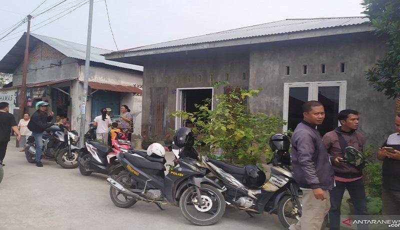 Polisi mendatangi rumah pelaku di Jalan Alfakah VI, Desa Tanjung Mulia Hilir, Kecamatan Medan Deli, Medan. Foto: Antara
