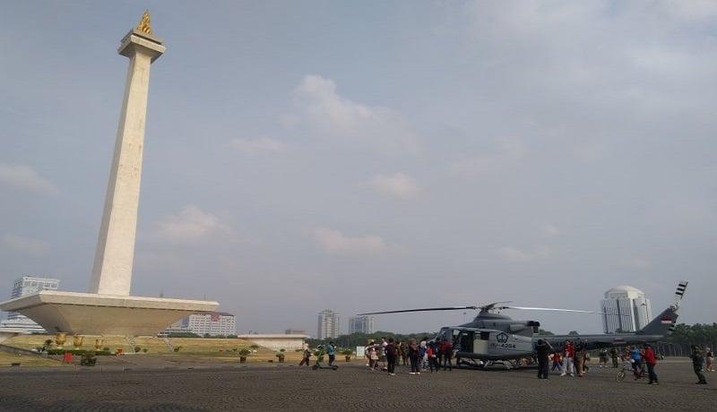 Helikopter milik TNI AL mendarat di depan Monumen Nasional (Monas), Sabtu (19/10). Foto: Laily Rahmawaty/Antara