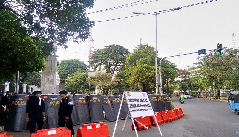 Petugas menutup akses jalan menuju Jalan Gelora, belakang gedung Parlemen Senayan, Jakarta, menjelang pelantikan presiden dan wakil presiden, Minggu siang (20/10). Foto: Antara